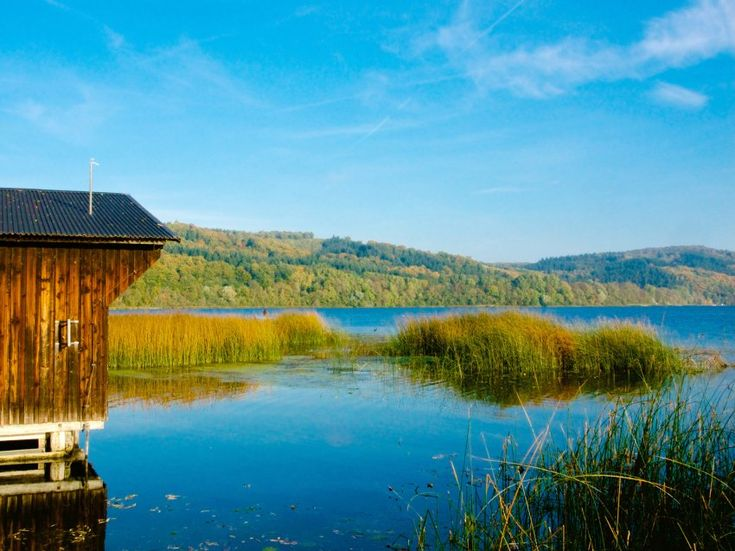 Laacher See, Rheinland-Pfalz       Im Herbst ist er umgeben von bunten...