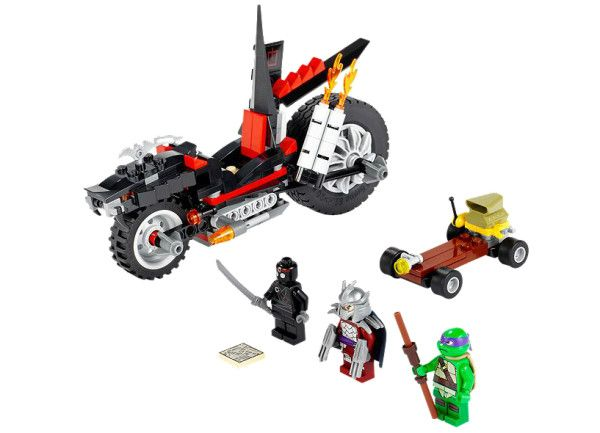MOTOCICLETA DRAGON A LUI SHREDDER (79101) Alearga dupa motocicleta dragon a lui Shredder ce are flacari de esapament duble folosind skateboardul motorizat al lui Donatello si recupereaza harta sistemului de canalizare !