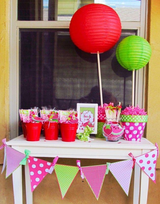 Φτιάξτε γιρλάντες από κορδέλες σε κόκκινες, πράσινες και ροζ αποχρώσεις. Στολίστε το χώρο και τον μπουφέ με μπαλόνια στα ίδια χρώματα!