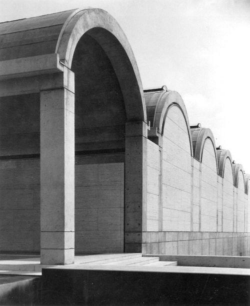 Louis Kahn, Kimball Art Museum, Fort Worth, Texas, 1966-72, poszukiwanie pra-formy, forma jest elementem dominującym, forma przed funkcją, rygor formy, operowanie światłem, forma inspiruje projektowanie, rytm powtarzających się kolebek, rozproszone światło, pasy świetlików w kolebce z odpowiednio wyprofilowanymi przesłonami, szczeliny pomiędzy łupiną a ścianą zamykającą