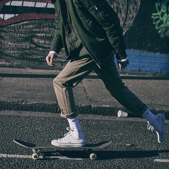 Skatewear. Macho Moda - Blog de Moda Masculina: SkateWear: 5 Itens que estão em alta pro Visual Masculino. Moda Masculina, Roupa de Homem, Roupa de Skate Masculina, Roupa de Skate para Homens, Moda para Homens, Calça Slim, Meia Branca, Meia Nike, Converse All Star Branco