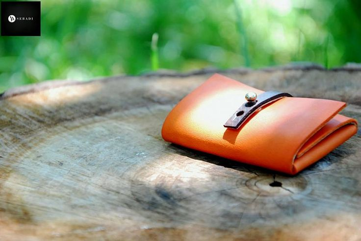 Portofel din piele naturala 11 -portocaliu -inchizatoare maro -compact -captusit cu piele gri -accesorizat cu capsa si inchizatoare metalica argintie -dimensiuni l=5,5cm h=9,5cm g=1,5cm  PRET: 50 lei