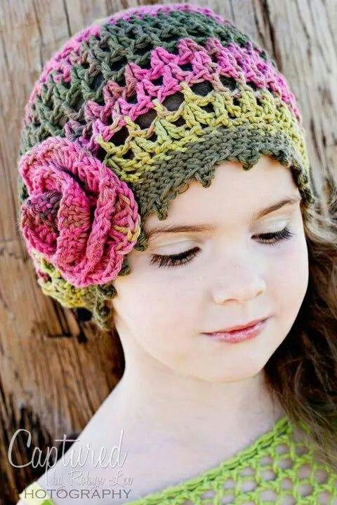 Bello gorrito y combinación de colores para nena