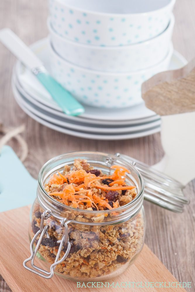 Rezept für selbstgemachtes Granola im Rüblikuchen-Style - mit Ahornsirup, Karotten, Nüssen und Rosinen. Der Wahnsinn! | http://www.backenmachtgluecklich.de