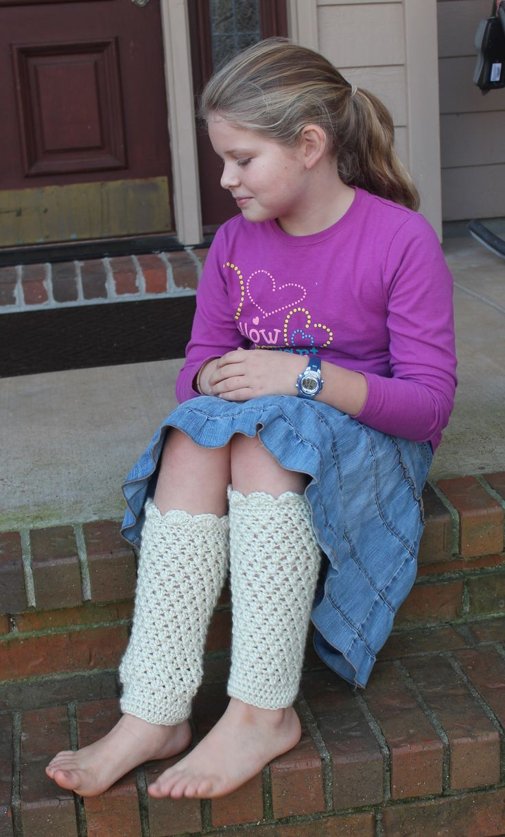 Lacy leg warmers for everyone! This lacy leg warmers crochet pattern will keep her toasty warm wherever she goes!