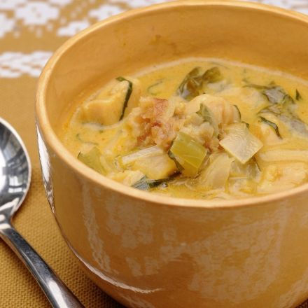 Soupe au lait de coco, poulet, échalote et poireau