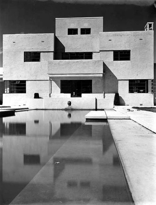 Crowsteps, Newbury (1929) by Thomas Tait. An early British Modernist house, designed by Scottish architectThomasTait. Tait designed many buildings with thefirmof Burnet, Tait and Lorne, including the Royal Masonic Hospital.  Image from Heritage Explorer.