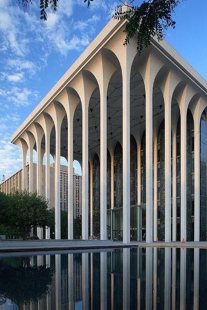 Dans cette image nous pouvons apercevoir un immeuble ayant plusieurs colonnes qui sont tous symétriques de leur base à leur chapiteau .
