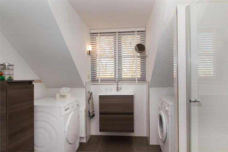 Kleine badkamer met ruimte voor de wasmachine en droger kleine badkamer pinterest met - Kleine betegelde badkamer ...