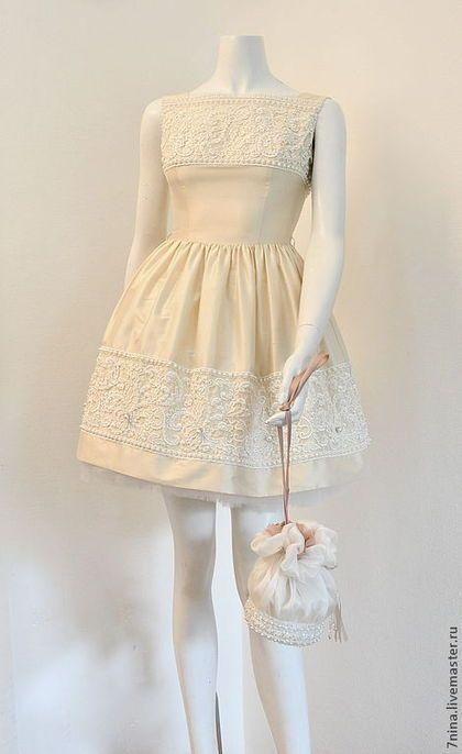 Купить или заказать Шелковое платье в интернет-магазине на Ярмарке Мастеров. Платье выполнено из натурального шелка на подкладке, подкладка также из натурального шелка. Отделка - кружево, расшито жемчугом Сваровского. К платью прилагается нижняя юбочка из фатина. Платье продаётся.