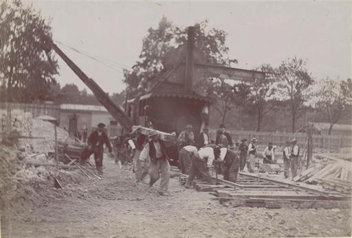 1898 et 1899 construction de la gare et du quai de la Gare d'Orsay et du chemin de fer à Paris Pose de la voie de l'excavateur