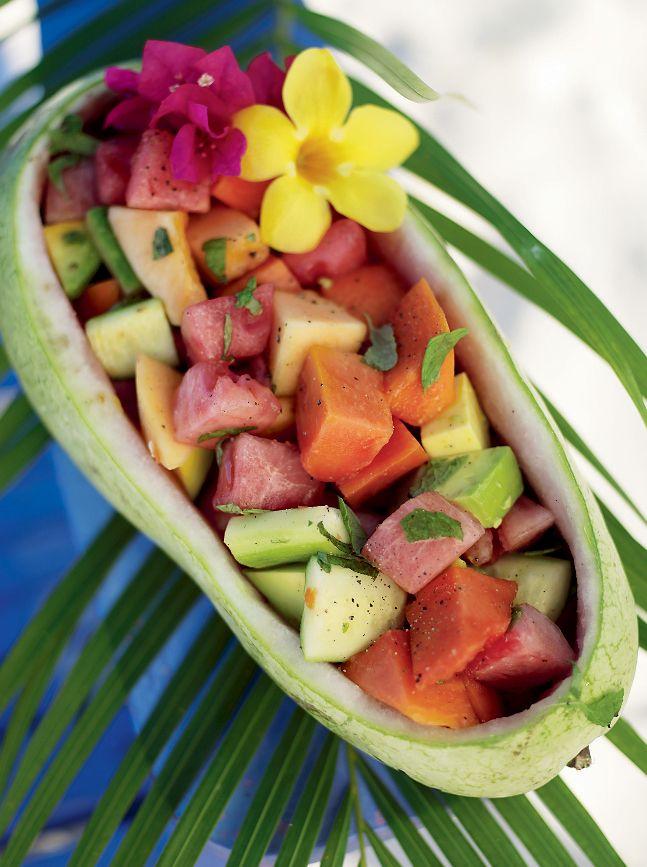 Den här goda melonsalladen med papaya, avokado och gurka är i första hand ett tillbehör och inte en dessert.