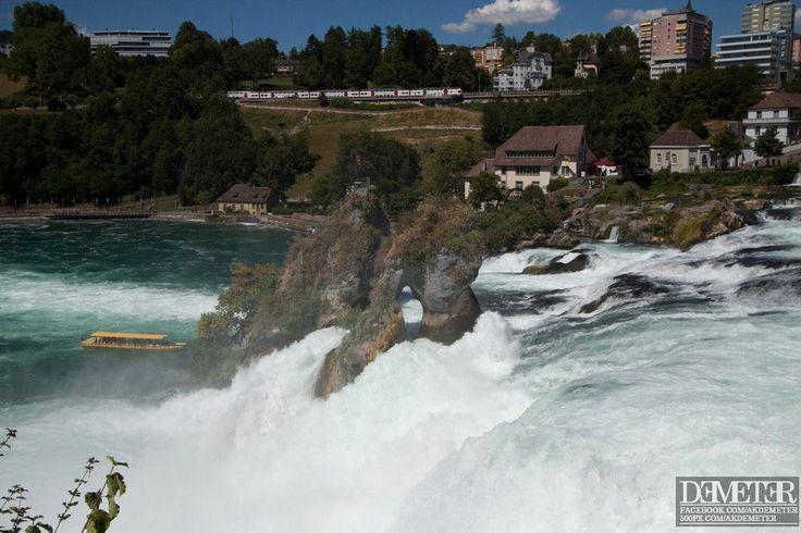 Európa legnagyobb vízesése, a Rajna-vízesés (Rheinfall), Svájc északi részén, Schaffhausen mellett közel Németországhoz található. A Rajna folyó Európa egyik legszebb, és egyik legnagyobb vízhozamú folyója, így nem meglepő, hogy az alig több, mint 20 méter magas, de közel 150 méter széles vízesés igen látványos az ide utazók számára, főleg késő tavasszal, hóolvadás idején dübörgő vízhozama …