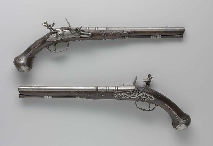 Gerrit de Oude Penterman | Vuursteenpistool, Gerrit de Oude Penterman, 1673 - 1684 | Deel van koppel. De slotplaat is gegraveerd met een signatuur en op de staart van de plaat met enig lofwerk. De loop is achterop gemerkt met het wapen van Utrecht en onderop met het merk ISP; de loop is drie maal  voorzien van ingesneden ringen; de vizierkorrel is van ijzer; de staart van de loop is gegraveerd met een inscriptie. De kolf is eenvoudig gesneden met randen en lofwerk. Het ijzeren beslag bestaat…