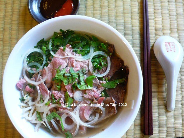 Soupe pho au boeuf. Phở bò, soupe de nouilles de riz au boeuf, la délicieuse recette traditionnelle du nord du Vietnam.. La recette par La Kitchenette de Miss Tâm.