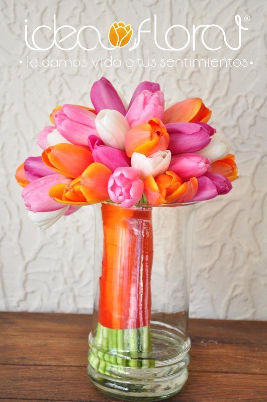 Hermoso bouquet de tulipanes en tonos naranja, rosas y blancos
