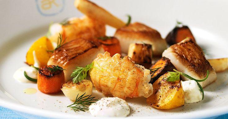En varm förrätt som också passar bra som huvudrätt. Dubblera i så fall mängderna och stek fiskfiléerna hela.