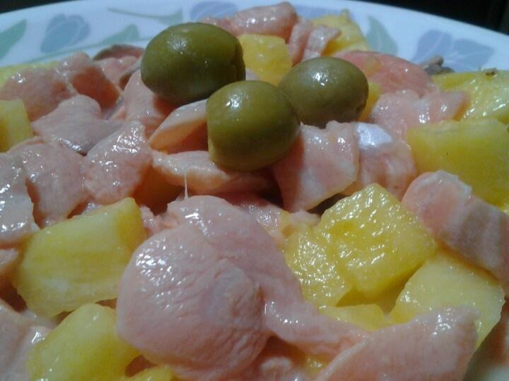Ceviche de salmón con aceitunas y ananá