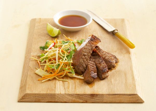 Asiatischer Eiernudel-Salat mit gegrilltem Steak