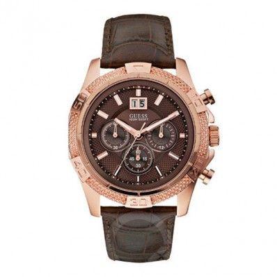Guess Heren Horloge W19531G2 Lederen band horloge met een rosé- goudkleurige kast. De roestvrijstalen kast is bedekt met een doublé coating. De diameter van de kast is 45mm. De donkerbruine band is 22mm breed. Deze Guess W19531G2 is een trendy item voor de hedendaagse man. Een klassieke band met een trendy kast.