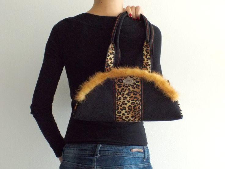 Leopardí s kožešinkou Kabeka je ušitá v kombinaci bavlny a potištěného dyftýnu, olemovaná světle hnědou kožešinkou. Kabelku lze nosit za ucha v ruce i na rameni. Zapínání na zip. Kabelka je podšitá a vypodložená ronopastem, takže pěkně drží tvar. Uvnitř kabelky jsou dvě 3D kapsičky. Vnitřek kabelky je z bavlny  rozměry:  dolní šířka: 35 cm výška: 15 cm ...