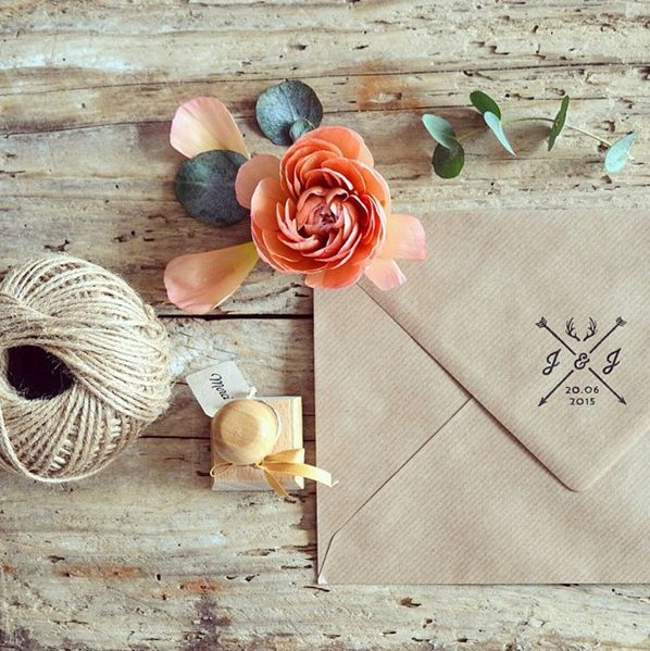 Ajoutez un tampon personnalisé au dos de vos enveloppes pour customiser vos faire-part de mariage. Mariage folk, champêtre et bohème, le modèle bois de cerf plongera vos convives immédiatement dans le thème ! Photo : Poupée Rousse
