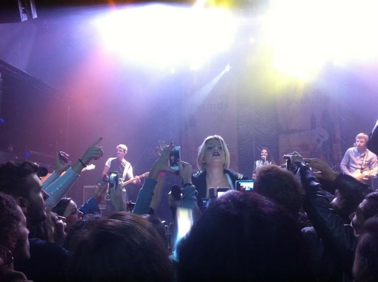 @Emma_Marrone scende tra i #fan del #PugliaSoundsinLondon