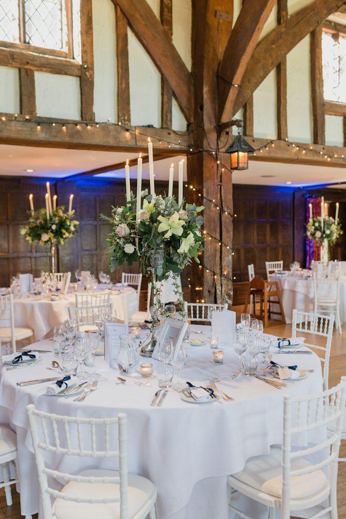 Hochzeit Tischdekoration In Weiss Weisse Tischdecke Bilderrahmen Und Duftkerzen Dekoration Hochzeit Hochzeitstischdekoration Tischdekoration Hochzeit