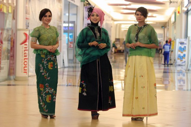 TIGA MODEL mengenakan baju bodo pada pada pembukaan Pameran Produksi Dalam Negeri dan Produk Kreatif Nusantara (PDN Expo) 2014 , di Trans Studio Mall, Makassar, Jumat (24/10/2014). Baju bodo dipadukan dengan sarung sutra lagosi tersebut rancangan Mahfalia Makalau dari Butik Luthfia. TRIBUN TIMUR/SANOVRA JR