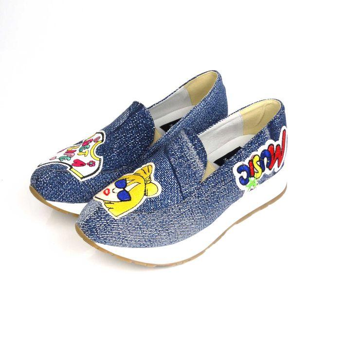Pantofii de dama Mineli Label Gagasunt realizați din material textilîn cea mai cool textură a sezonului: denim-ul, și sunt stilizați cuetichete pop-art atașate.