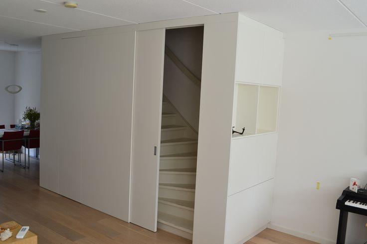 Kastenwand met schuifdeur voor de trap, alles gespoten.