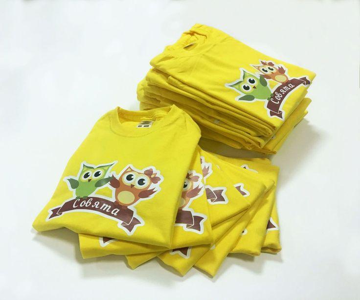 Когда мама работает в типографии, то всей группе детского сада можно не беспокоится о футболках. Ровно как и о раскрасках 👼  Эти весёлые Совята - дело рук Натальи Абрахиной! У неё столько талантов, что мы реально думаем привязывать её к офисному креслу, чтобы не сбежала! #футболка #типография #cmyklaboratory #детскаяфутболка #сова