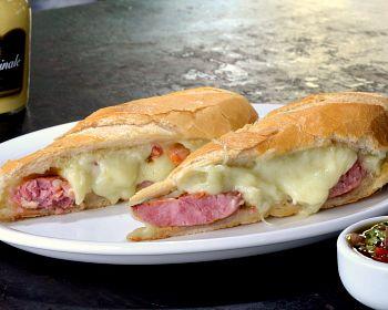 Anote a receita da versão do pão com linguiça do restaurante Vaca Véia, que leva muçarela de búfala e vinagrete