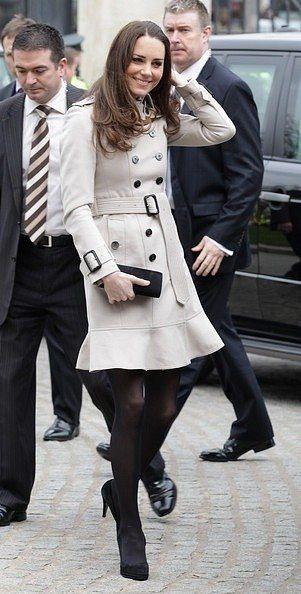 """Вспомним:  8 марта 2011 года принц Уильям и Кейт Миддлтон совершили визит в Северную Ирландию.  Образ Кейт: - плащ Burberry; - серьги с белым топазом и бриллиантами Kiki McDonough; - черный замшевый клатч с бантиком от Episode """"Angel""""; - черные замшевые туфли  Episode """"Angel""""; - Кейт сменила туфли на сапожки Aquatalia """"Rhumba"""""""