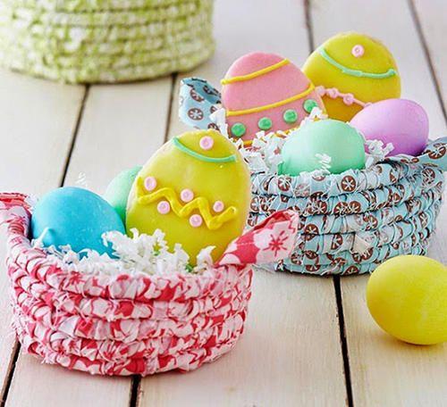 Koszyk wielkanocny z kolorowych tekstyliów