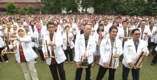 Para Dokter di RSHS Bandung Membuat Rekor Dunia Main Angklung