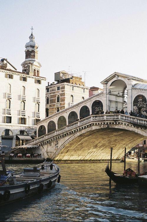 El #PonteRialto, el más antiguo de los cuatro que cruzan el Gran Canal http://www.venecia.travel/lugares-para-visitar/puente-rialto/ #Venecia