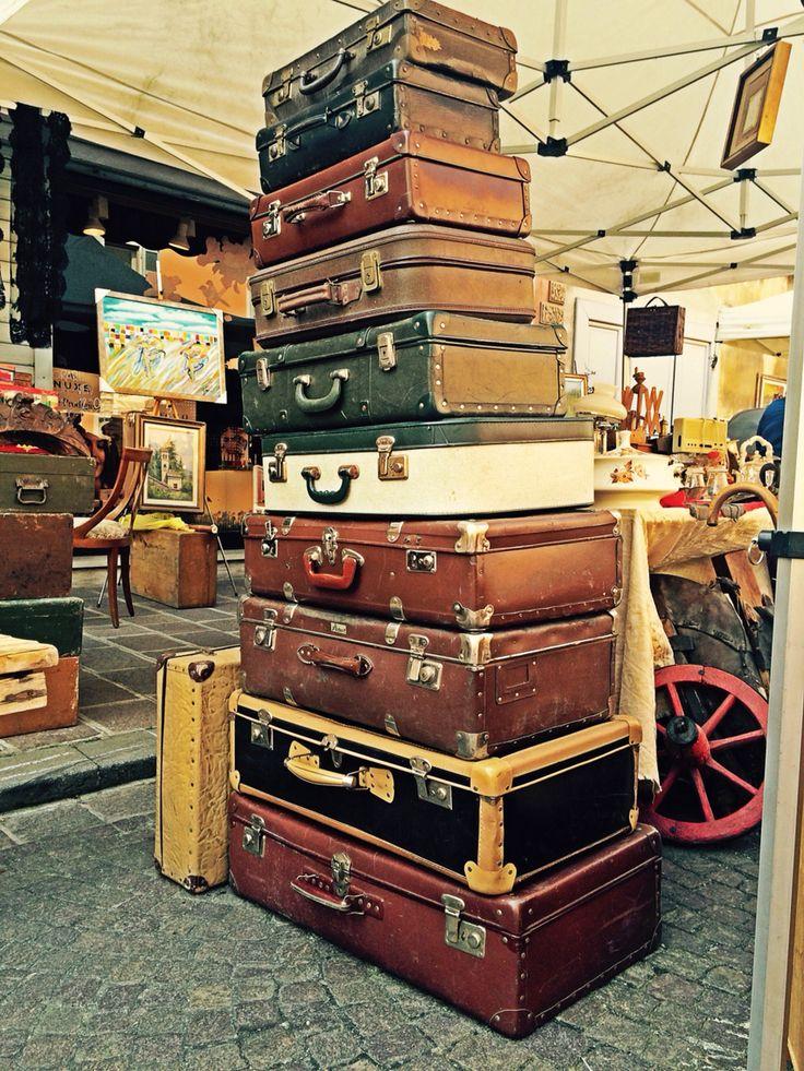 Valigia: contenitore in genere a forma di parallelepipedo con maniglia.