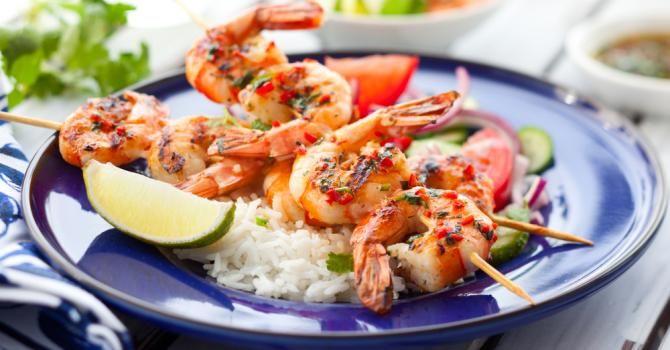 Recette de Brochettes de crevettes en sauce piquante à la créole. Facile et rapide à réaliser, goûteuse et diététique.