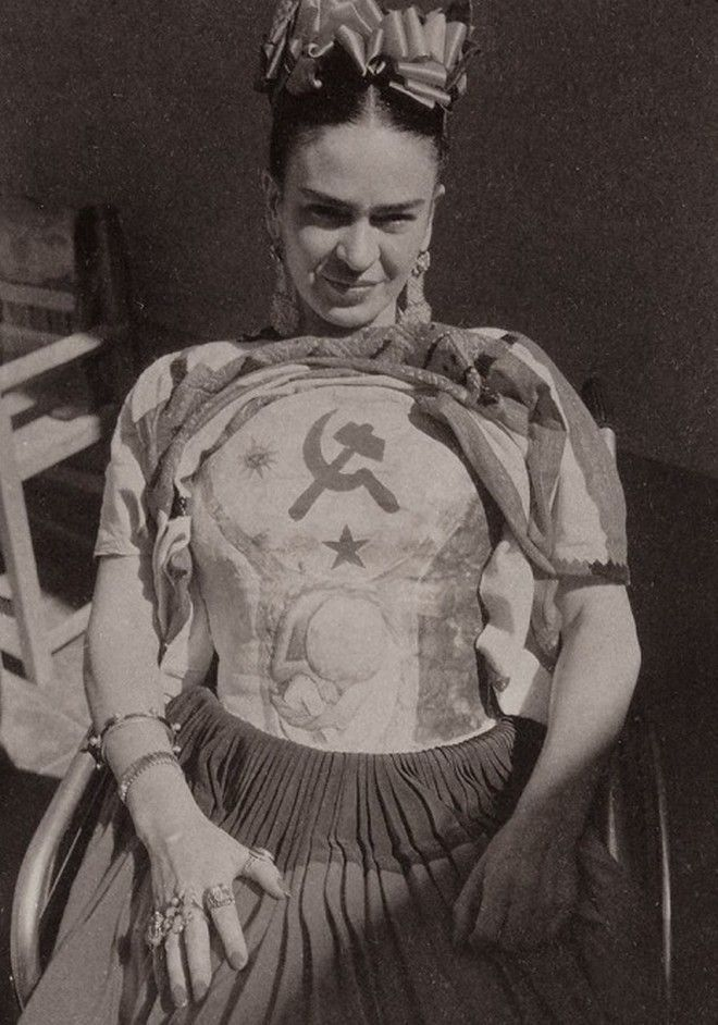Frida Plâtre portant un corset, qu'elle a décoré d'une faucille et d'un marteau (et bébé à naître), Coyoacán. 1951.