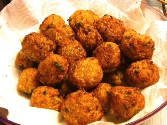 BOULETTES DE LEGUMES (environ 30) 250g chou blanc râpé 250g carottes râpées 1 oignon rapé 1.5 cuillérée à soupe de feuilles de persil hâché  2 cuillérées à soupe de fécule de pomme de terre  3 cuillérées à soupe de farine (peut-etre plus, selon le mélange que vous obtiendrez) 2 cuillérées de sauce de soja mélangée à 1 cuillérée à soupe de pâte de curry doux (plus fort si vous souhaitez un goût plus épicé)  sel - poivre - huile