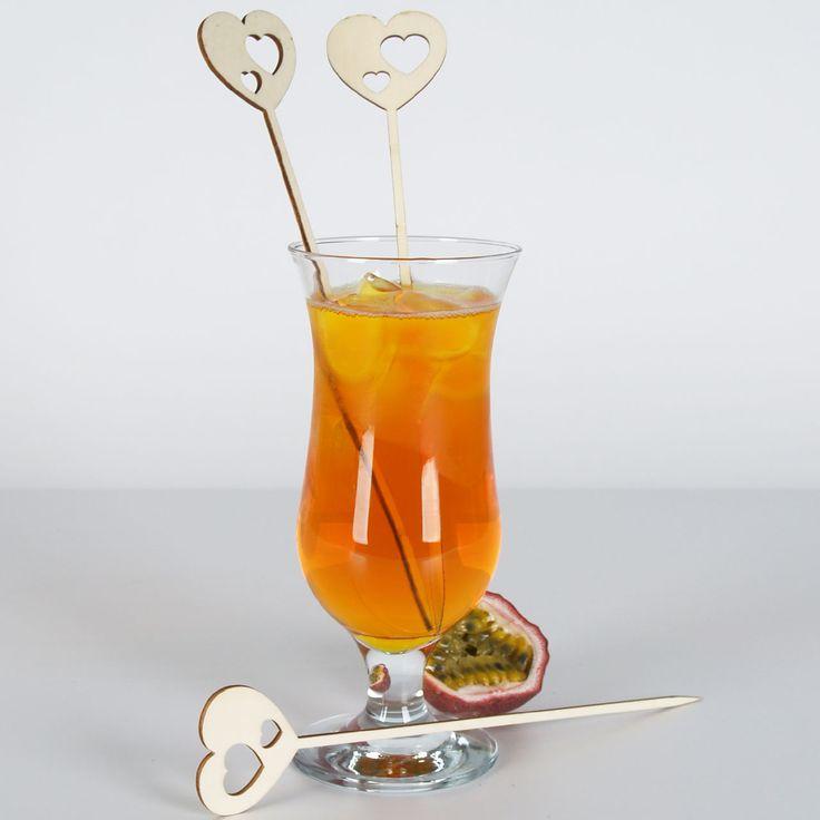 Cocktailpicker aus Holz haben Herzen als gelasertes Zierelement - für Cake-Topper