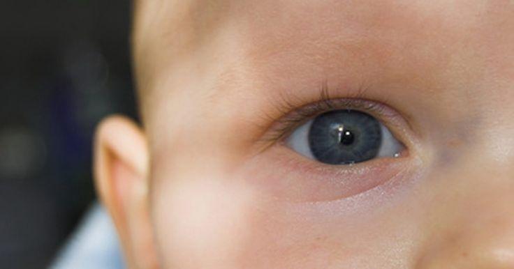 Como sugar um nariz de bebe com uma seringa de bulbo. Como medicamentos de resfriado para bebês não são mais recomendados, a seringa de bulbo é a melhor maneira de remover muco do nariz de um bebê. Até que a criança consiga assoar o próprio nariz, o pai ou cuidador deve aspirar o muco gentilmente o nariz do bebê para ajudá-lo a respirar melhor.