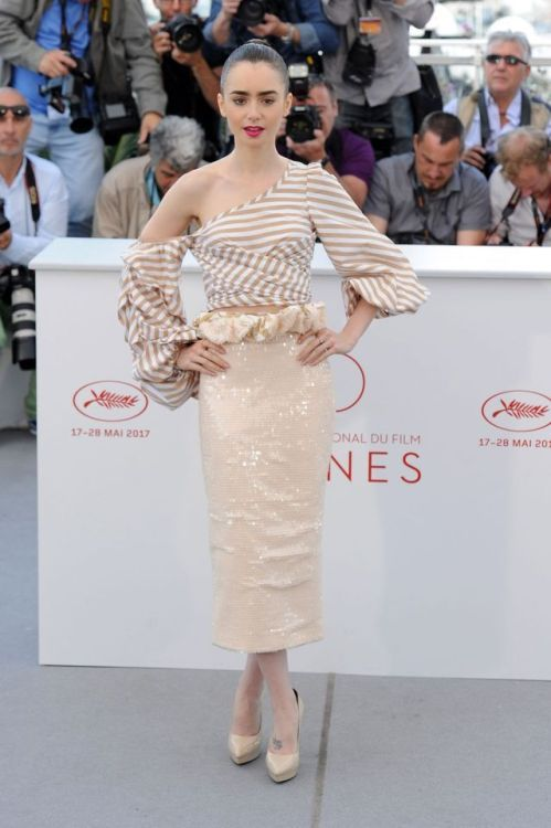 Lily Collins at Cannes Film Festival 2017 : I'm not so big on this trend of de-constructed shirts so this shouldn't come as a surprise that I don't like the look very much. The skirt is beautiful but unfortunately, it couldn't save the look.