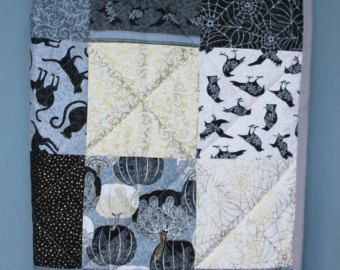 Bambino coperta della trapunta fatta a mano e unico, Halloween grigio nero oro patchwork, ragazza o ragazzo, tessuto di cotone e zucca di gatto pipistrello corvo di ovatta