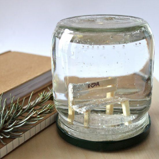 Make this cute little snow globe, perfect romantic gift for Valentine's Day.