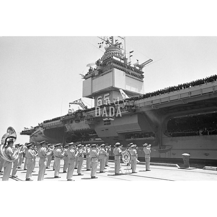 In the navy X  U.S.A. 1967; in July the aircraft carrier USS . Enterprise ( CVN - 65 ) pride and joy of the U.S. Navy Air Force docks in San Francisco Bay, after having sailed international waters for years. It ' a celebration for the military and their families prosthesis on the pier. 06/07/1967