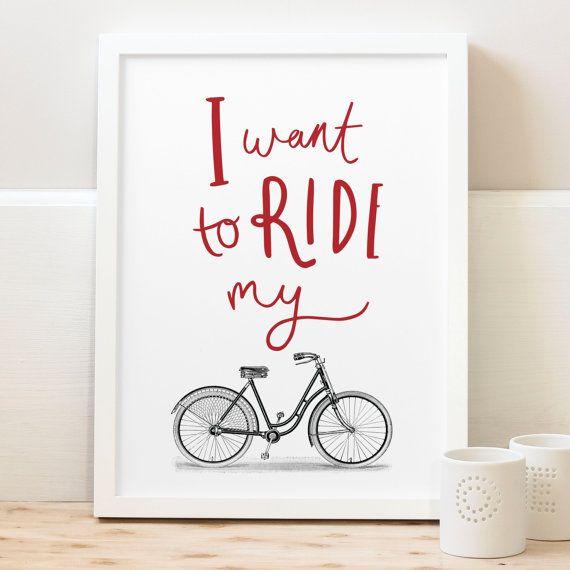 Esta impresión encantadora de bicicleta es perfecta para el ciclista de la familia. Esta impresión de la moto ha sido ilustrada con el mensaje de mano con letras  Quiero montar mi  por encima de una bicicleta. Una impresión perfecta para día del padre.  Usted puede elegir para que el mensaje de mano con letras en un color que se adapte a la decoración de su hogar. La imagen de la bicicleta vintage es en blanco y negro.  Nuestras impresiones son hechas a mano e impresas en papel de arte fino…