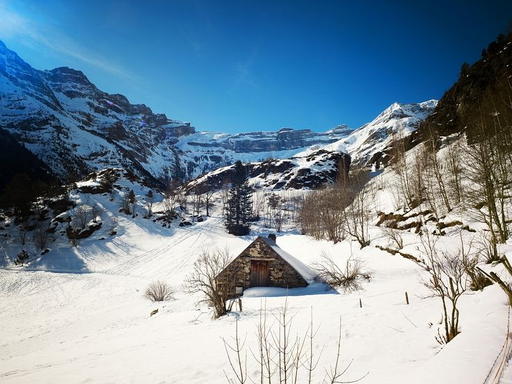 Le cirque de Gavarnie classée au patrimoine de l'#Unesco proche de la station de ski de #Gavarnie - Par CRT Midi-Pyrénées / Dominique VIET #TourismeMidiPy #MidiPyrenees #France #tourism #holiday #vacation #travel #ski #snow #neige #skiresort