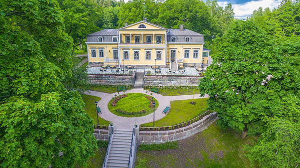 Kauneimmat kartanohäät Mukkulan Kartanossa. Lahdessa sijaitsevan Mukkulan Kartanon romanttisen kaunis miljöö kutsuu juhlaan. Jo itsessään Kartano antaa mieleenpainuville juhlatilaisuuksille kauneimmat raamit elämän kaikissa tilanteissa. Via Häät.fi